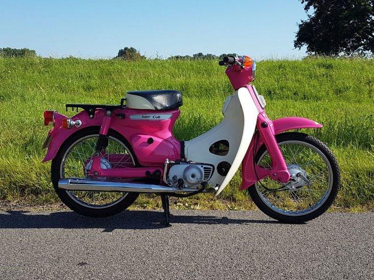 --TE-HUUR!-Honda-C50-K1-Roze-(ook-te-koop)