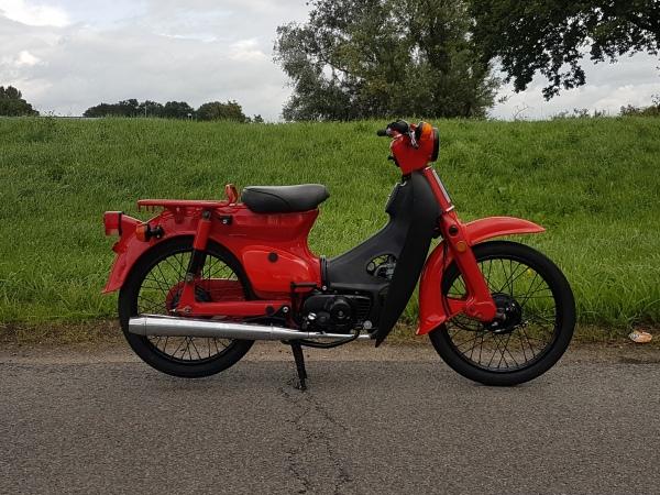 Honda-C50-K1,-gerestaureerd,-rijklaar!-met-kenteken!-rood