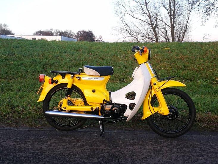 Honda-C50-K1-Japans-(44)-Geel,-met-kenteken